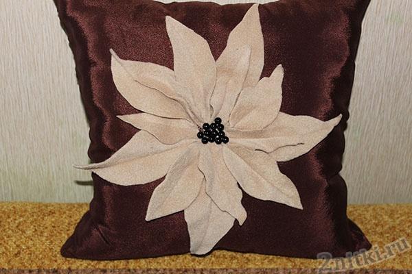 Подушка с цветком