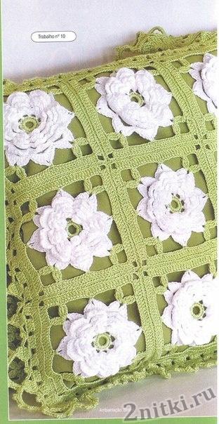 Подушка из квадратных мотивов с объемным цветком