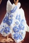 Белые варежки с вышивкой