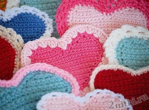 Цветные сердечки крючком