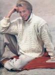 Вязаный белый пуловер с рельефными косами