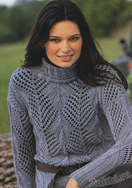 Свободный пуловер с крупными ажурными дырочками