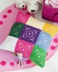 Вязаная подушка крючком из цветных мотивов