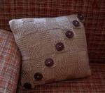 Бежевая подушка с жемчужным узором