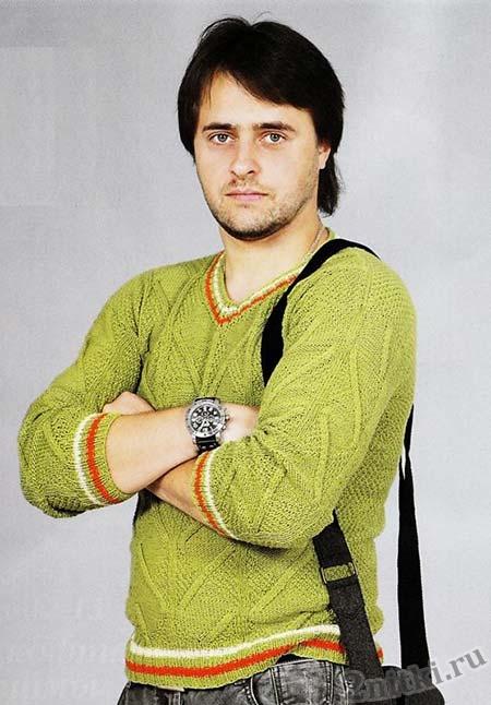 Muzhskoy-pulover-s-otdelochnyimi-poloskami