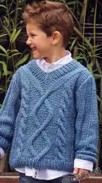Голубой пуловер с ромбами по центру