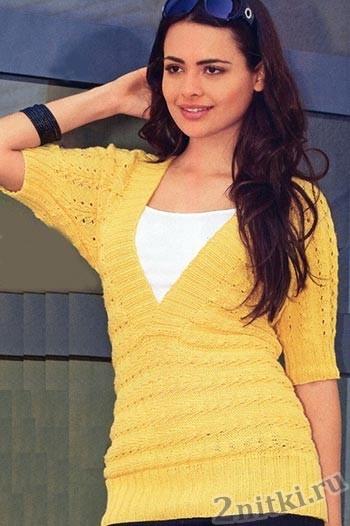 Желтый пуловер с V-образным вырезом
