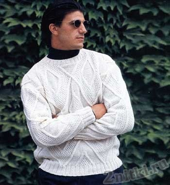 Белый пуловер рельефными ромбами