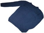 Темно-синий пуловер со жгутами