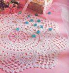 Розовая салфетка крючком